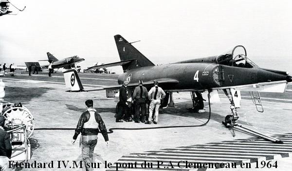 Etendard IV M sur le pont du Clemenceau en 1964. Sans doute 11F