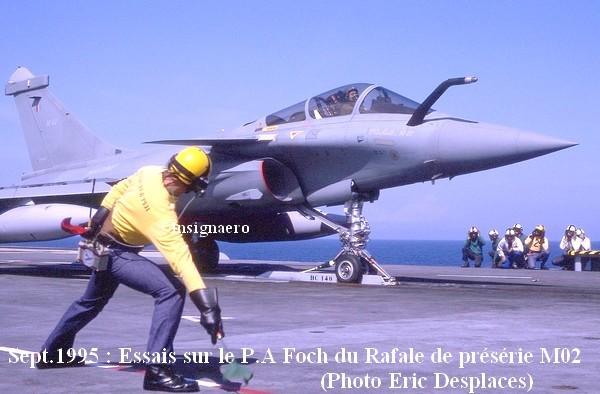 Le Rafale de preserie M02 en essais sur le Foch en 1995