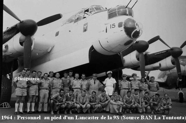 1964 personnel de l escadrille 9S au pied d un Lancaster