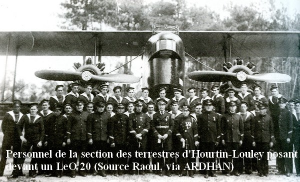 1937 . Pose de personnel de la section de Louley devant un LeO 20