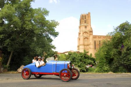 Amilcar 1922   L  Equipage  passant devant la Cathedrale  1