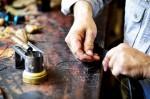 https://www.waibe.fr/sites/cuir/medias/images/Fabrication_artisanale/11-artisan-ceinture-sur-mesure-120.jpg