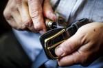 https://www.waibe.fr/sites/cuir/medias/images/Fabrication_artisanale/125-artisan-ceinture-cuir-125.jpg
