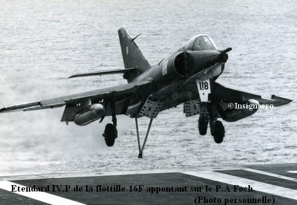 Etendard IV.P de la 16F appontant sur le Foch