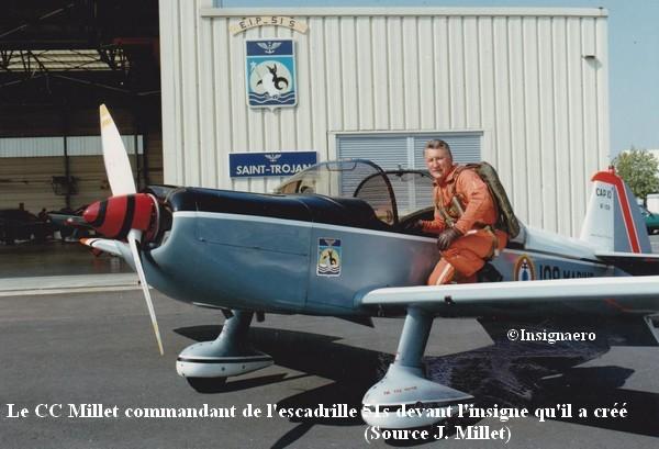 Le CC Millet commandant de l escadrille 51s devant l insigne qu il a cree