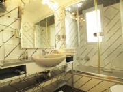https://www.waibe.fr/sites/xxl06/medias/images/Rez_de_chaussee/sdb_2-bathroom_with__schower-hammam_next_the_yellow_bedroom.jpg